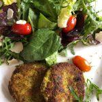 hausgemachte Brokkoli-Käse-Medaillons mit Blattsalaten der Saison an Kräuter-Vinaigrette